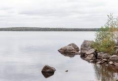 Donkere de herfstdag op het meer Natuurlijk Autumn Landscape Stock Afbeeldingen
