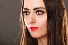 Donkere de make-up rode lippen van het vrouwen lange rechte haar op grijs Royalty-vrije Stock Fotografie