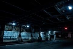 Donkere de stadsstraat van Chicago bij nacht Stock Afbeeldingen