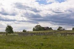Donkere de zomerdag van het binnenplaatsen Russische noordelijke dorp Royalty-vrije Stock Afbeeldingen