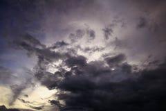 Donkere de zonsondergang mooie achtergrond van de wolkenhemel Royalty-vrije Stock Afbeelding