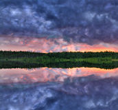 Donkere de zonsondergangbezinning van het meer Royalty-vrije Stock Foto's