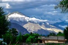 Donkere die Bergenwaaiers met Natuurlijke Rokerige Wolk in Gilgit Pakistan worden behandeld royalty-vrije stock fotografie