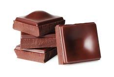 Donkere die chocoladestukken op witte achtergrond worden ge?soleerd royalty-vrije stock afbeelding