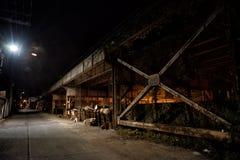 Donkere en angstaanjagende stedelijke stadssteeg bij nacht royalty-vrije stock fotografie