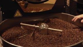 Donkere en aromatische koffiebonen in moderne het roosteren de lengtevideo van de machinevoorraad stock video