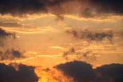 Donkere en grijze die wolken in de hemel worden gevonden Royalty-vrije Stock Foto