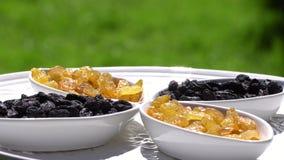 Donkere en lichte rozijn grotendeels Gezond voedsel Droge vruchten Beweging in een cirkel 4K stock video