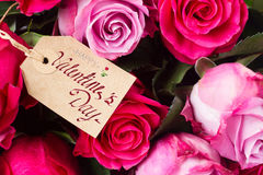 Donkere en lichtrose rozen op lijst Stock Afbeelding
