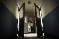 Donkere gang in een eng en misschien achtervolgd verlaten sanatorium van de jaren '30 Stock Foto