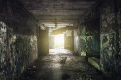 Donkere gang met schilverf op de muren in een verlaten gebouw Stock Foto