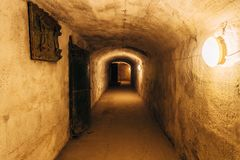 Donkere gang van oude ondergrondse Sovjet militaire bunker onder vestingwerk , Sebastopol, de Krim stock foto's