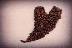 Donkere geroosterde koffiebonen in de vorm van een hart Royalty-vrije Stock Afbeelding