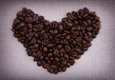 Donkere geroosterde koffiebonen in de vorm van een hart Stock Foto