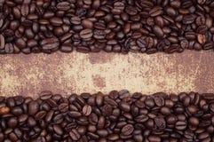 Donkere geroosterde koffiebonen die in een kader worden geschikt Stock Afbeeldingen