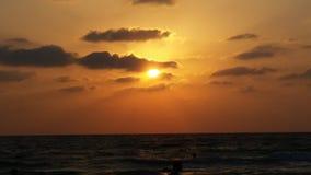 donkere gouden zonsondergang bij het strand Stock Foto's