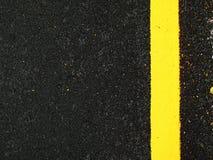 Donkere grijze asfaltachtergrond met gele lijn Stock Fotografie