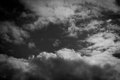 Donkere grijze hemel en zwarte achtergrond Royalty-vrije Stock Afbeeldingen