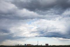 Donkere grijze regenwolken over stad in de zomer Royalty-vrije Stock Fotografie