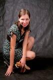 Donkere haired lange meisjeszitting op knieën Royalty-vrije Stock Fotografie