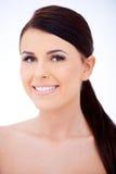 Donkere haired vrouw met een mooie glimlach Stock Fotografie
