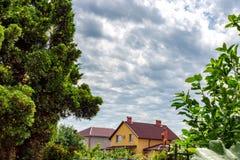 Donkere hemel De blokhuisbouw, groen gebied met huis in donkere dag Stock Foto's