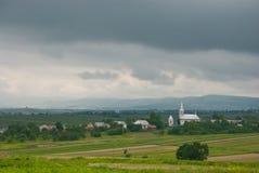 Donkere hemel Kerk in het dorp Landbouw gebied Stock Afbeelding