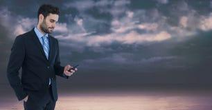 Donkere hemel met de telefoon van de zakenmanholding Stock Afbeeldingen