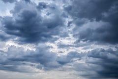 Donkere hemel met donkere wolken, de grijze wolk, vóór regen Royalty-vrije Stock Afbeeldingen