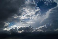 Donkere hemel met onweerswolken Royalty-vrije Stock Foto