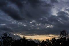 Donkere hemel met onweerswolken Royalty-vrije Stock Afbeeldingen