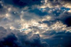 Donkere hemel met onweerswolken tijdens de beklimming van de zon clo Royalty-vrije Stock Foto