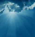 Donkere hemel met zon Stock Foto's