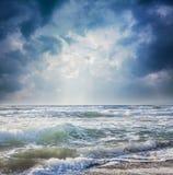 Donkere hemel op een stormachtige overzees Stock Foto's