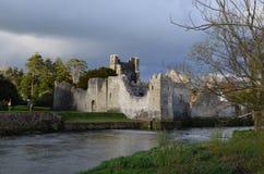 Donkere Hemel over Desmond Castle in Ierland Stock Afbeeldingen