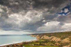 Donkere hemel over kustlijn Stock Foto
