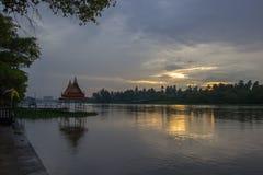 Donkere hemel tijdens zonsondergang langs Tha-de Kin van Kin riverMaenam Tha, Nakhon Pathom, Thailand Royalty-vrije Stock Fotografie