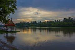 Donkere hemel tijdens zonsondergang langs Tha-de Kin van Kin riverMaenam Tha, Nakhon Pathom, Thailand Stock Foto's