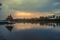 Donkere hemel tijdens zonsondergang langs Tha-de Kin van Kin riverMaenam Tha, Nakhon Pathom, Thailand Stock Afbeeldingen