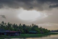 Donkere hemel tijdens zonsondergang langs Tha-de Kin van Kin riverMaenam Tha, Nakhon Pathom, Thailand stock foto