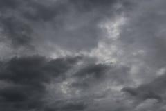 Donkere hemel van regenwolken die zich in de hemel in concept vormen Stock Fotografie