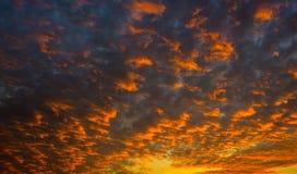 Donkere hemel, zonlicht door de wolk Royalty-vrije Stock Foto's