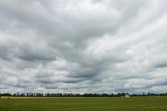 Donkere hemelen vóór de regen. royalty-vrije stock fotografie