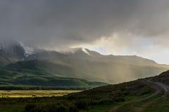 Donkere het zonlichtmist van het bergenmeer Stock Foto's