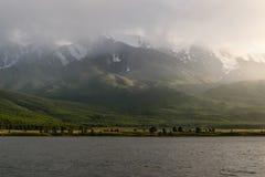 Donkere het zonlichtmist van het bergenmeer Royalty-vrije Stock Foto's
