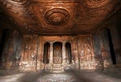 Donkere historische zaal binnen de Hindoese tempels van het de 6de eeuwhol, architectuuroriëntatiepunt in Aihole, India Stock Fotografie
