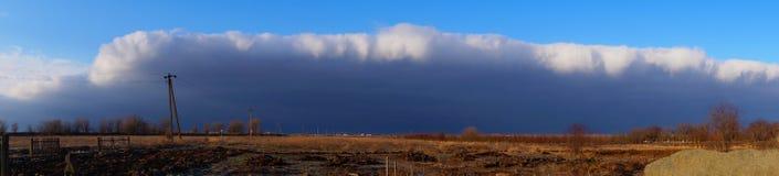 Donkere horizontale wolk in de hemel bij zonsondergang Royalty-vrije Stock Foto's