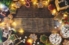 Donkere houten achtergrond met cacao, peperkoekkoekjes, Christma Stock Foto's