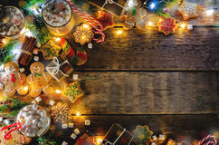 Donkere houten achtergrond met cacao, peperkoekkoekjes, Christma Royalty-vrije Stock Afbeeldingen