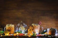 Donkere houten achtergrond met cacao, peperkoekkoekjes, Christma Royalty-vrije Stock Foto